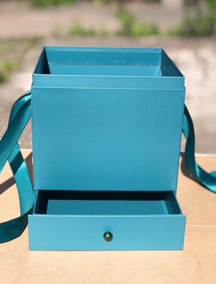 Квадратная коробка с отделением для подарка. Цвет: Темно зеленый   . В розницу 450 рублей .