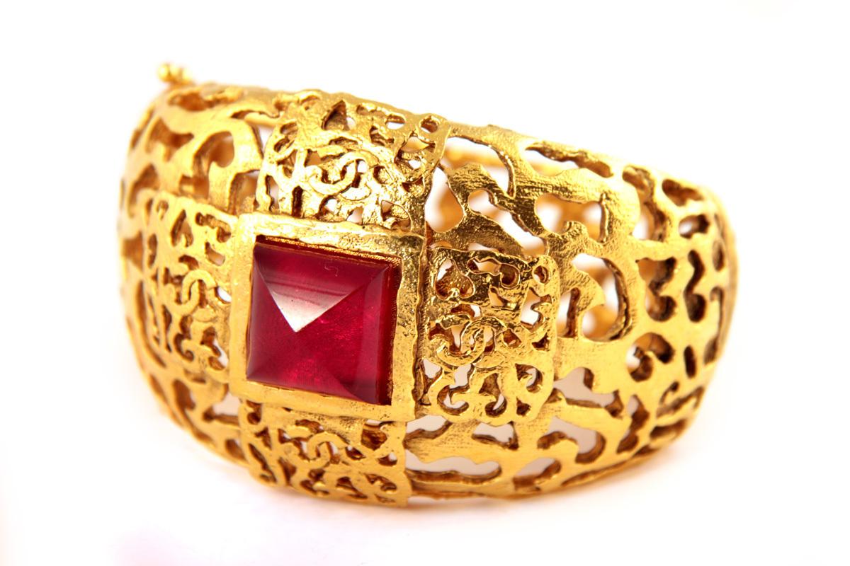 Красивый крупный браслет с филигранным рисунком и красным стеклом Gripoix