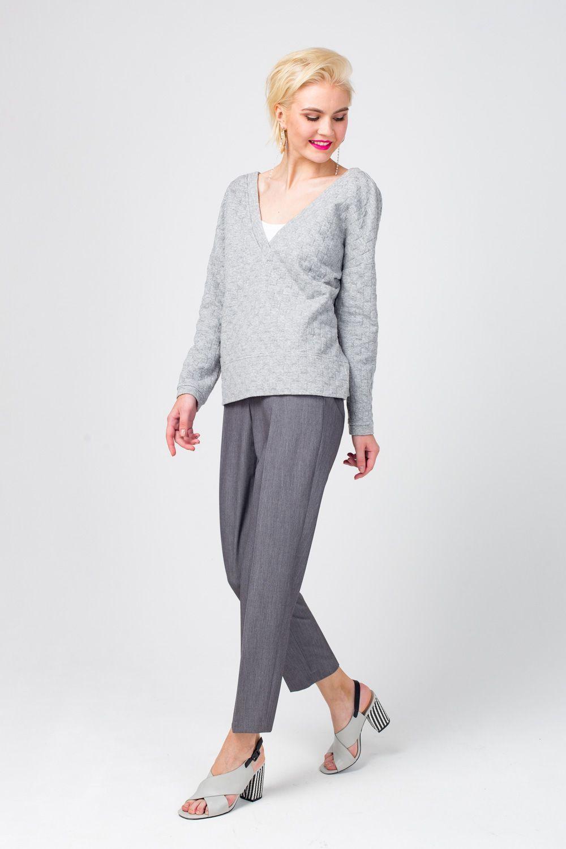 Жакет Д562-268 - Лаконичный серый жакет из фактурной ткани – базовая составляющая любого гардероба. Такая модель может выступать как самостоятельная часть образа, так и дополняющая – в комплекте с топами на тонких бретелях или блузами. Модель с секретом! Наденьте жакет наоборот (спинкой вперед) и вы получите стильный джемпер!
