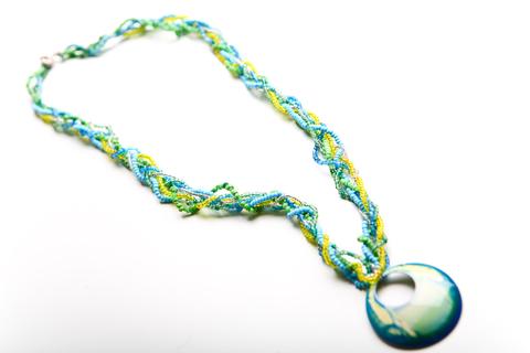 Плетеная цепочка из бисера с кулоном
