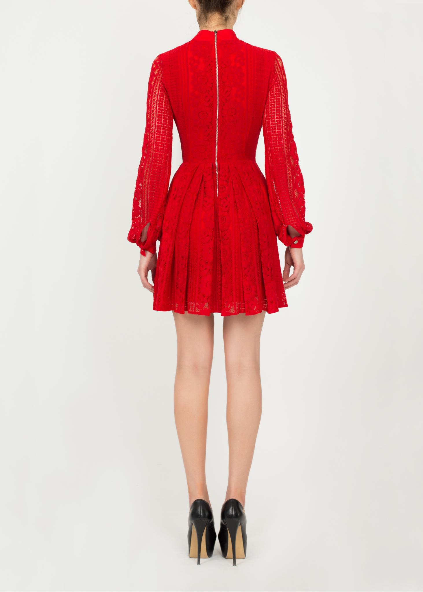 Платье красного цвета из гипюра