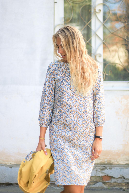 5316cdb488c3ab8 Платье прямое с поясом (белое в мелкий цветочек) - купить с ...