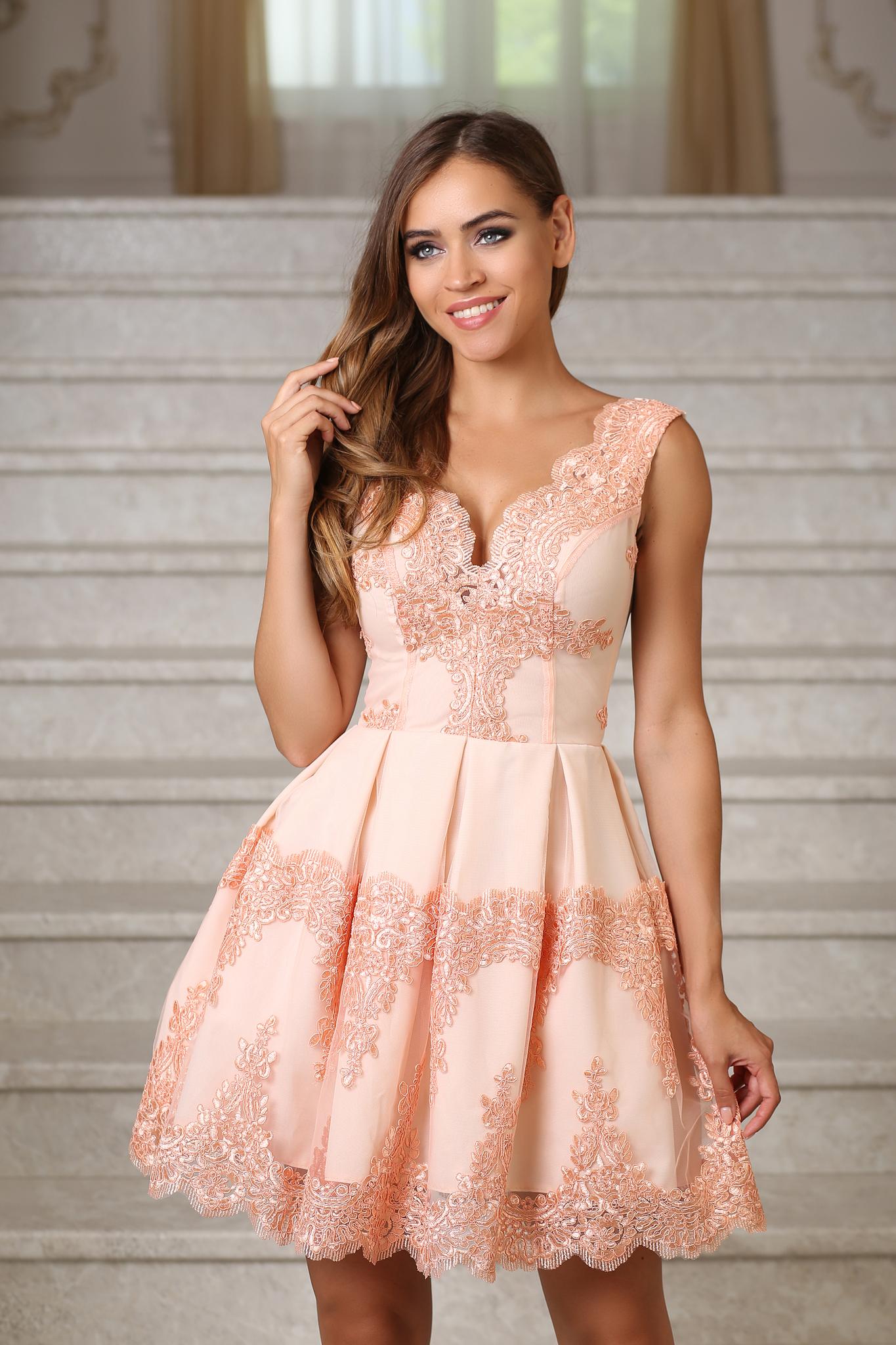 3b15d05814c Коктейльное пышное платье с кружевом