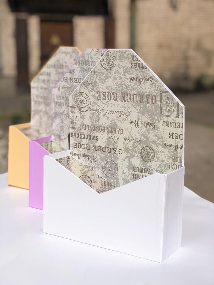 Картонная коробка для цветов в форме конверта . Цвет:Белый .Розница 250 рублей .