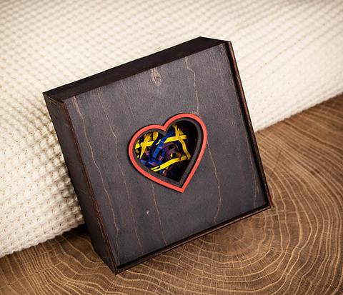 Подарочная коробка из дерева с сердцем