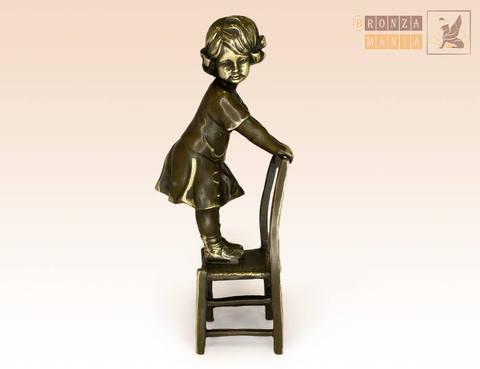 статуэтка Девочка на стуле