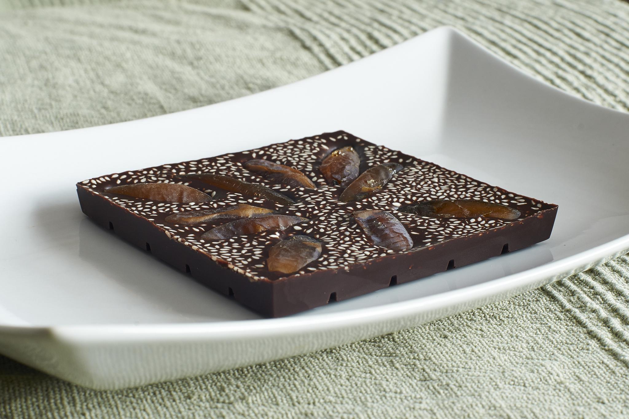 Шоколад с фиником и кунжутом