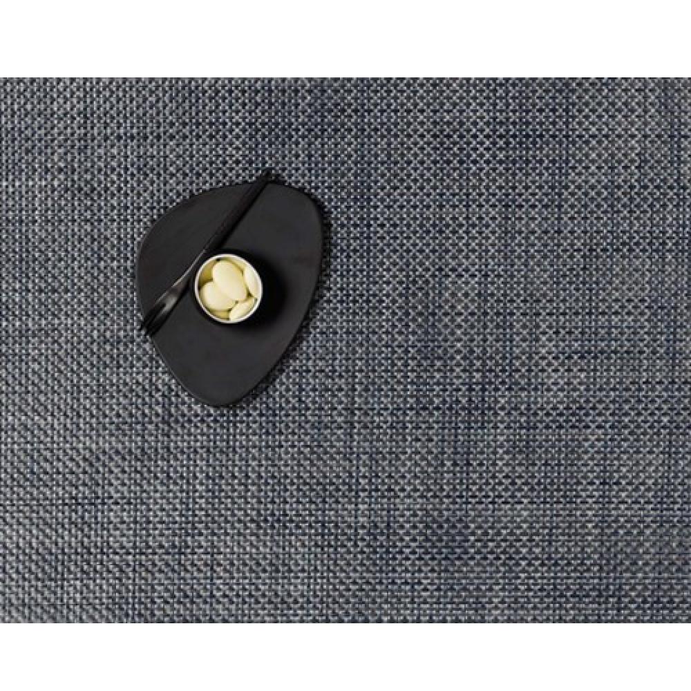 Салфетка подстановочная, жаккардовое плетение, винил, (36х48) Denim (100110-012) CHILEWICH Basketweave арт. 0025-BASK-DENIMСервировка стола<br>Салфетки и подставки для посуды от американского дизайнера Сэнди Чилевич, выполнены из виниловых нитей — современного материала, позволяющего создавать оригинальные текстуры изделий без ущерба для их долговечности. Возможно, именно в этом кроется главный секрет популярности этих стильных салфеток.<br>Впрочем, это не мешает подставочным салфеткам Chilewich оставаться достаточно демократичными, для того чтобы занять своё место и на вашем столе. Вашему вниманию предлагается широкий выбор вариантов дизайна спокойных тонов, способного органично вписаться практически в любой интерьер.<br><br>длина (см):48материал:винилпредметов в наборе (штук):1страна:СШАширина (см):36.0<br>Официальный продавец CHILEWICH<br>