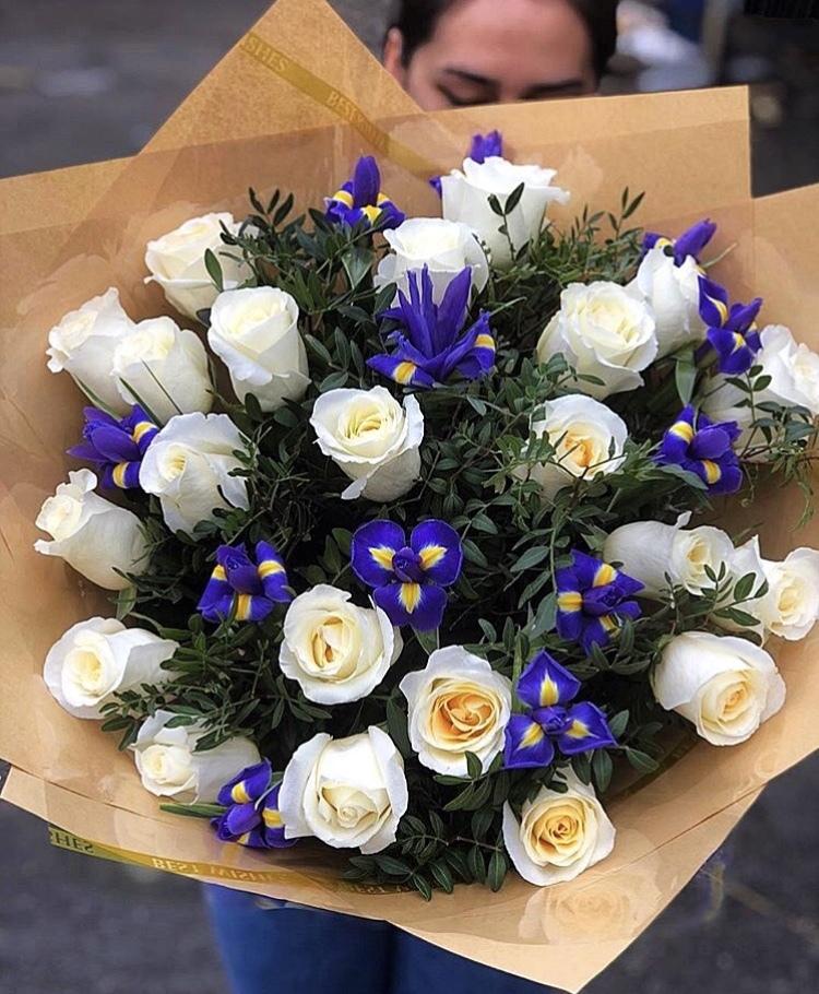 Свадебный букет из 15 белых роз и ирисов
