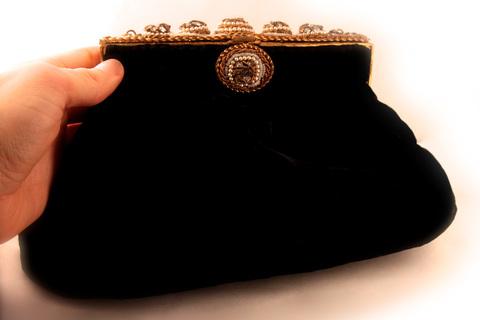 Элегантная бархатная сумочка с изысканно украшенной застежкой