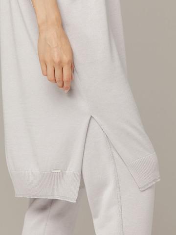 Светло-серая туника объемного силуэта с разрезами по бокам, глубокий вырез на спине - фото 3