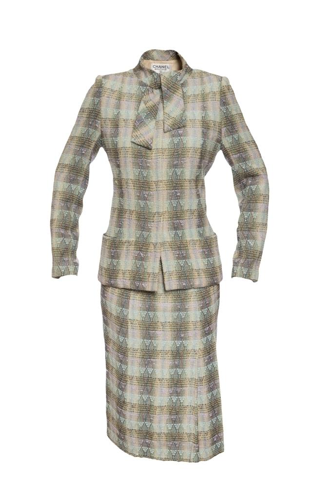 Женственный костюм из твида от Chanel, 42 размер.