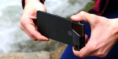 Набор фильтров для телефона PolarPro IRIS в руках