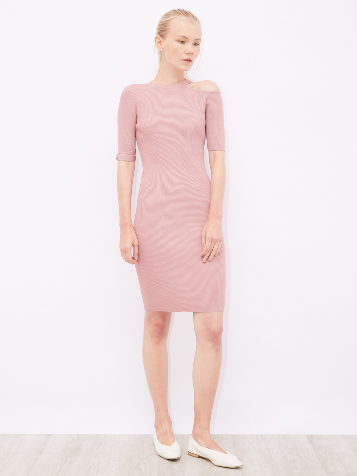 Платье трикотажное с открытым плечом
