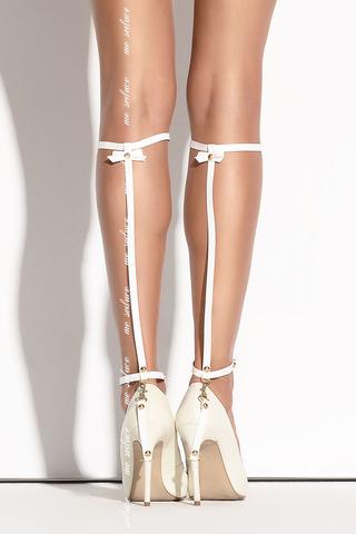 Белое украшение на ногу из ремешков