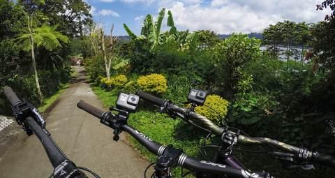 Крепление на руль/подседельный штырь/лыжные палки GoPro Handlebar / Seatpost / Pole Mount (AGTSM-001) на велосипеде