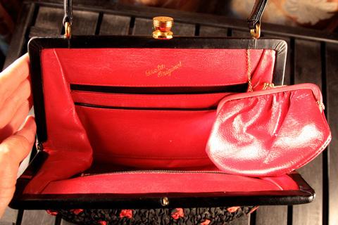 Необычная кожаная сумочка, декорированная красно-черной нитью от Greta Original