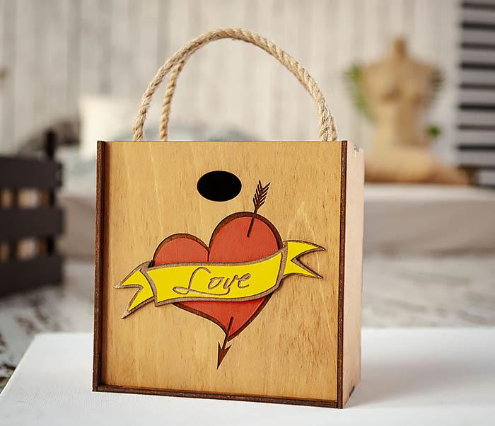 BOX239-2 Большая подарочная коробка с сердцем (17*17*10 см)
