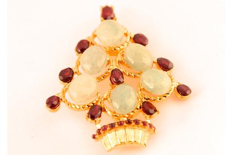 Прекрасная елочка со светлым нефритом и кристаллами из граната от Swoboda