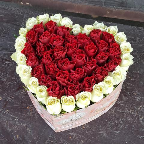 Сердце в коробке из красных и белых роз 1