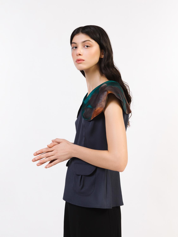 Блуза с карманами и закругленным воротником