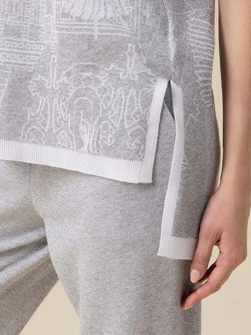 Женский джемпер серебряного цвета с принтом - фото 4