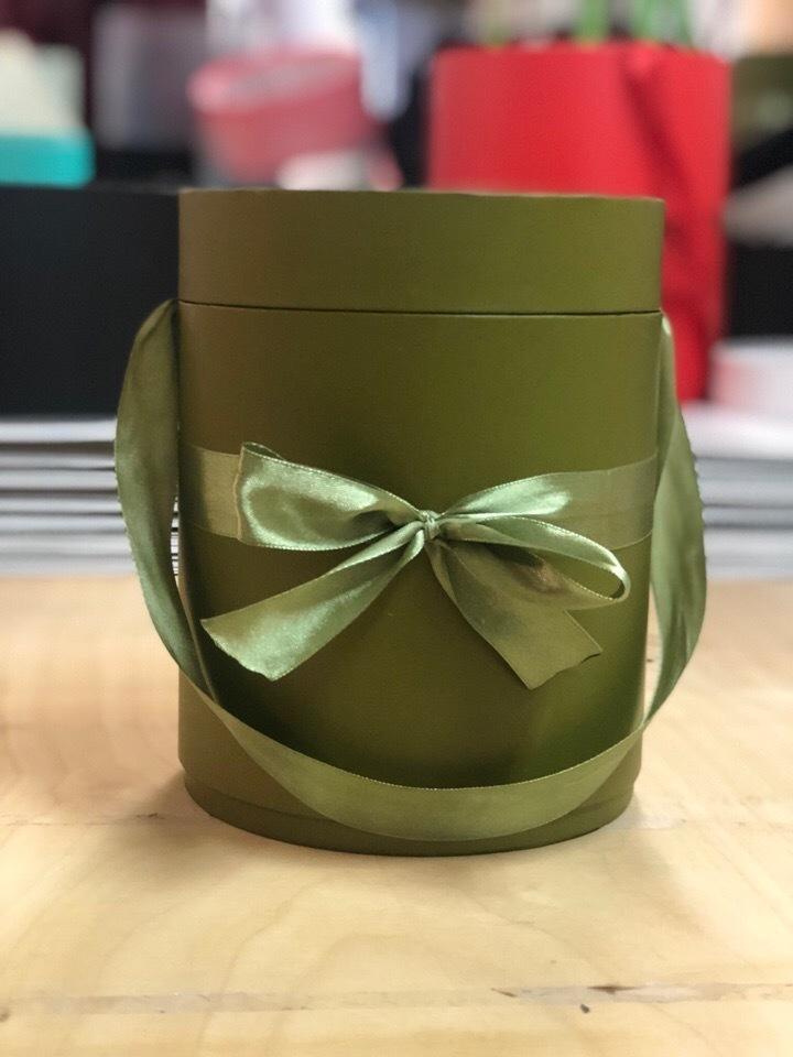 Шляпная коробка D 22,5 см .Цвет: Болотный . Розница 390 рублей