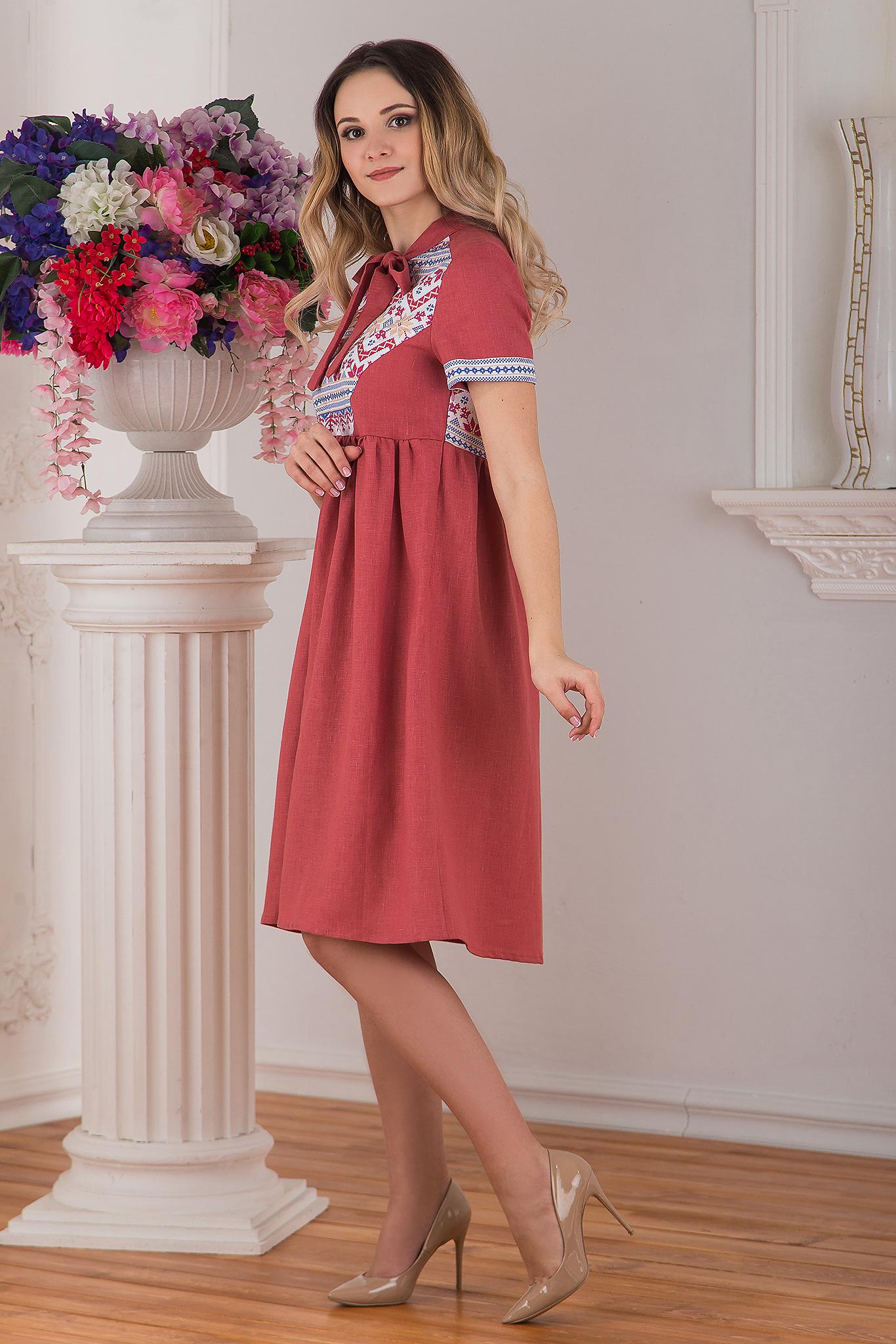 Современное русское льняное платье в стиле бохо розовое Каберне от Иванка вид сбоку