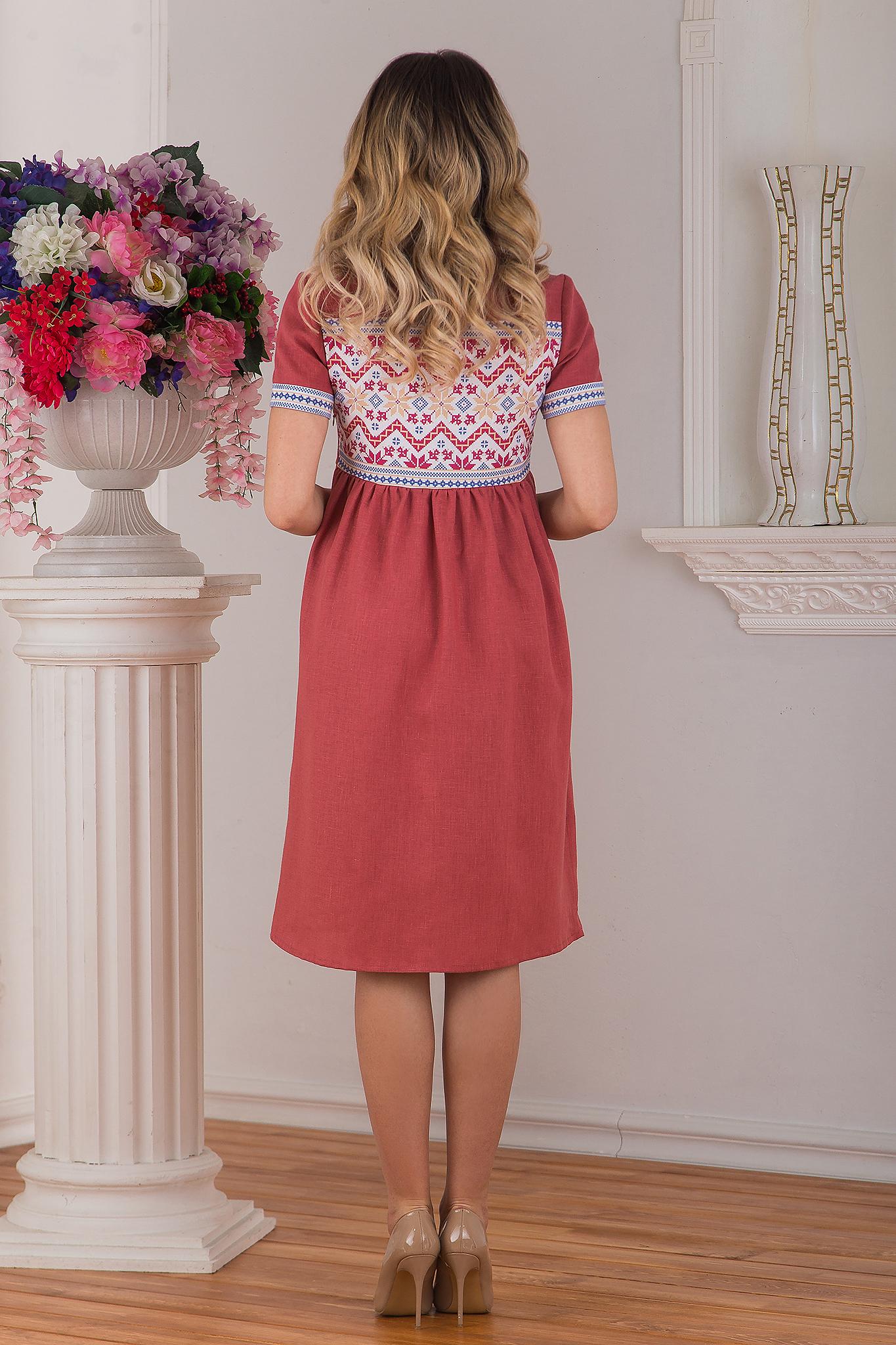 Современное русское льняное платье в стиле бохо розовое Каберне от Иванка вид сзади