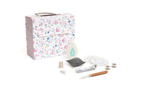 Шкатулка со швейным набором  We R Stitch Happy Tool Kit