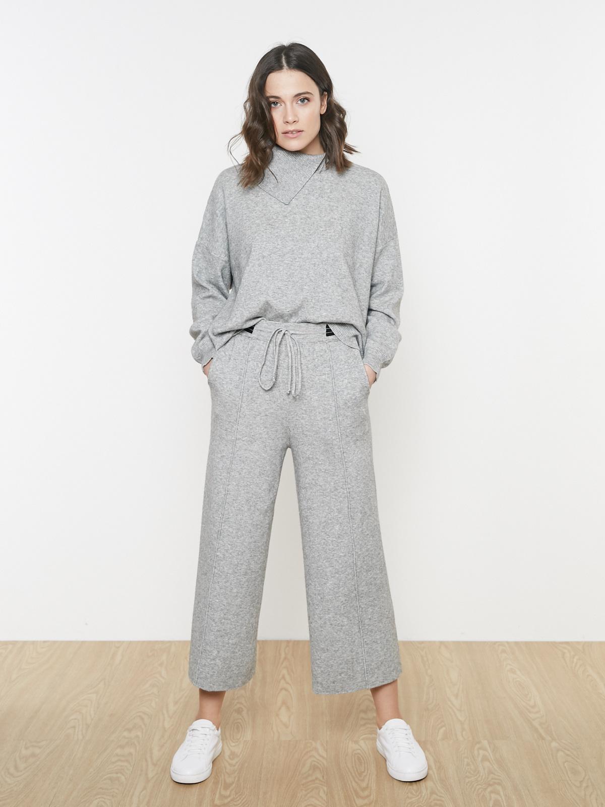 Костюм свитер с разрезом и широкие брюки