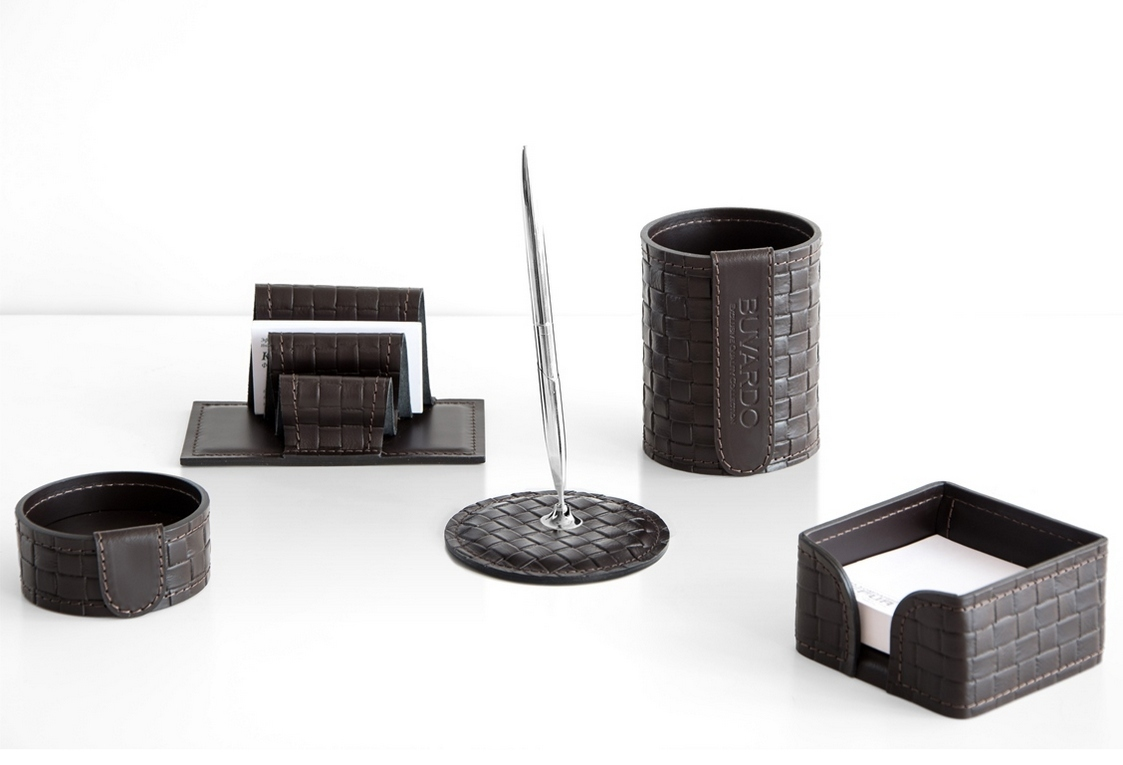 Набор руководителя 60015 на фото 5 предметов из кожи Cuoietto Treccia шоколад (под рогожку).