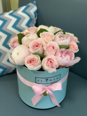Пионы и розы в подарочной коробке