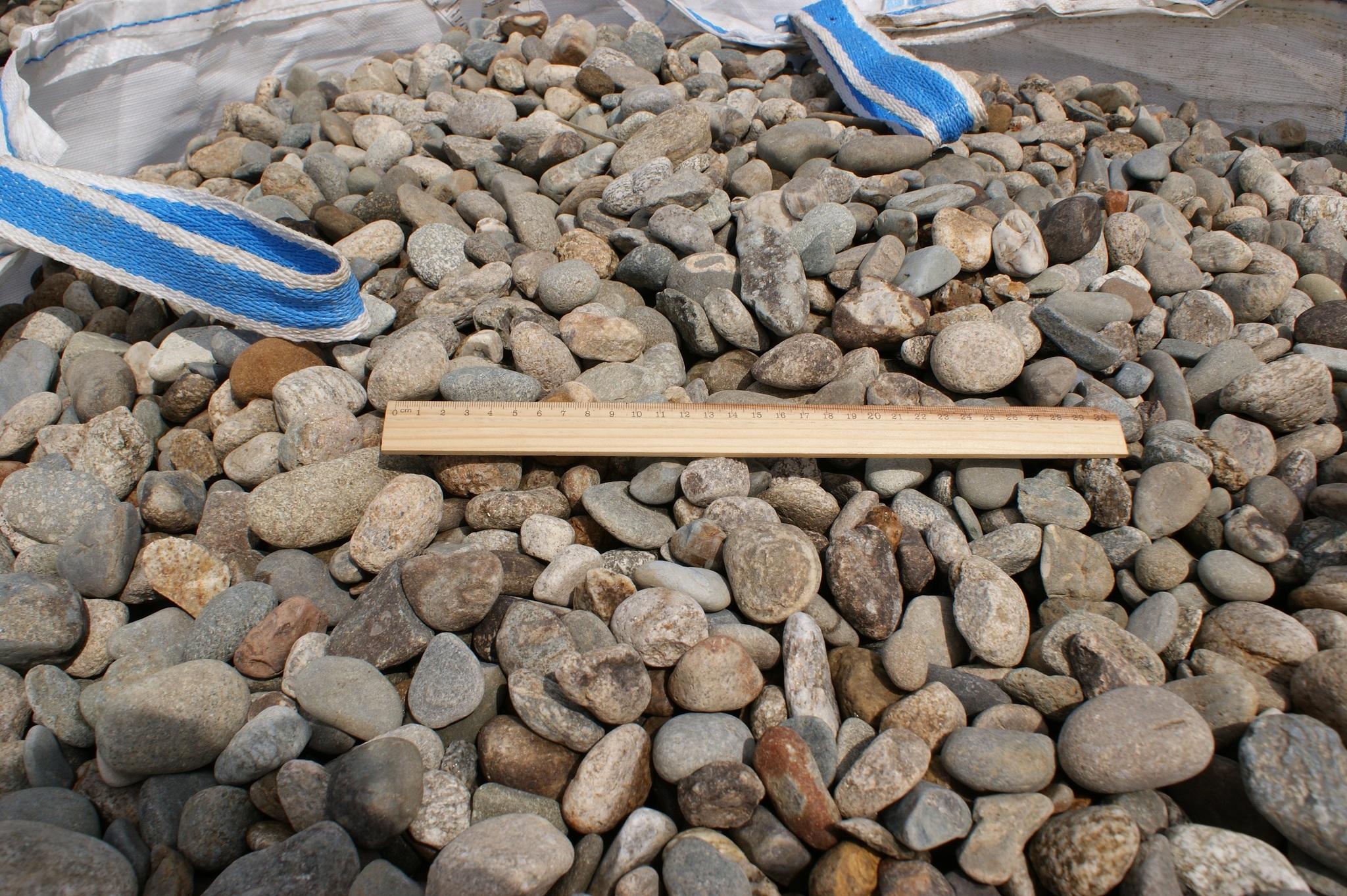 Галька камень речной Серый на карьере с линейкой в Бэге
