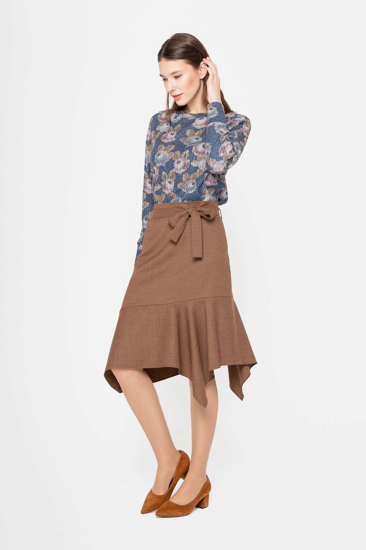 Юбка Б130-526 - Шерстяная юбка в мелкую клетку, выполненная в базовом коричневом цвете, привлекает внимание стильным современным дизайном. Широкий асимметричный волан подчеркивает оригинальность дизайна.Линия талии акцентирована узким поясом. Юбка выгодно подчеркивает фигуру и идеально вписывается как в деловой, так и в повседневный гардероб.Модель прекрасно сочетается с различными блузами и жакетами.