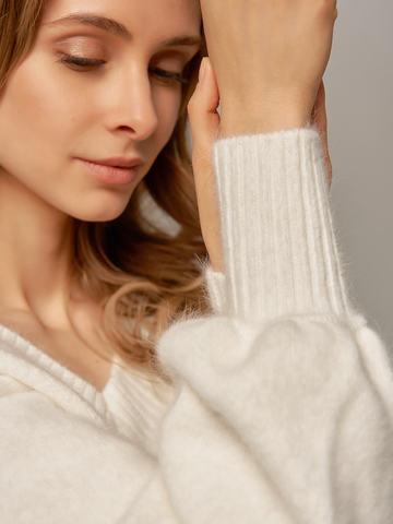 Женский джемпер белого цвета из ангоры с объемными рукавами - фото 4