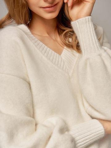 Женский джемпер белого цвета из ангоры с объемными рукавами - фото 2