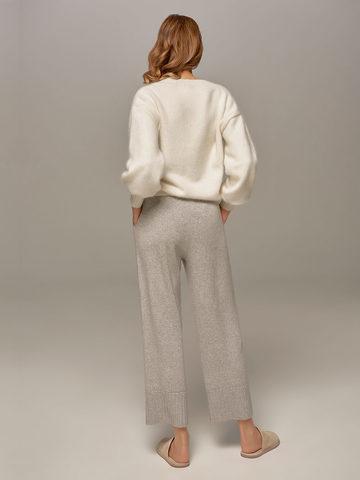 Женский джемпер белого цвета из ангоры с объемными рукавами - фото 6