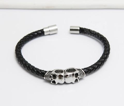 Мужской браслет из кожаного шнура со стальными черепами  (20 см)