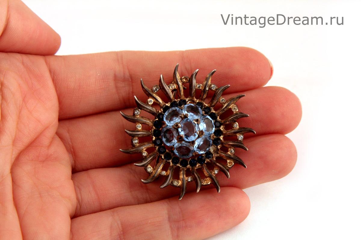 Красивая серебряная брошь с голубыми кристаллами от Trifari, 1945 год