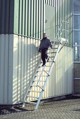 Лестница стационарная с платф., 15 ступ. 800 мм, из лёгк. металла, 45°