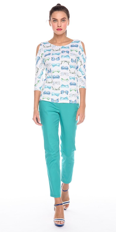Джемпер В528-238 - Белый джемпер с ярким современным принтом особо придётся по вкусу всем, кто хочет разнообразить свой гардероб. Вырезы на рукавах в области плеч подчеркнут женственность и утончённость. Несмотря на свободный покрой, модель можно носить как на выправку, так и под заправку с брюками, юбками и даже шортами. Идеально подобранная длина изделия подойдёт для девушек любого роста.