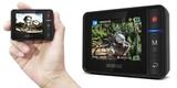 Пульт д/у Removu R1 с LCD-дисплеем в руке