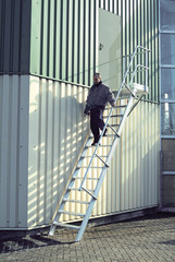 Лестница стационарная с платф., 15 ступ. 600 мм, из лёгк. металла, 45°