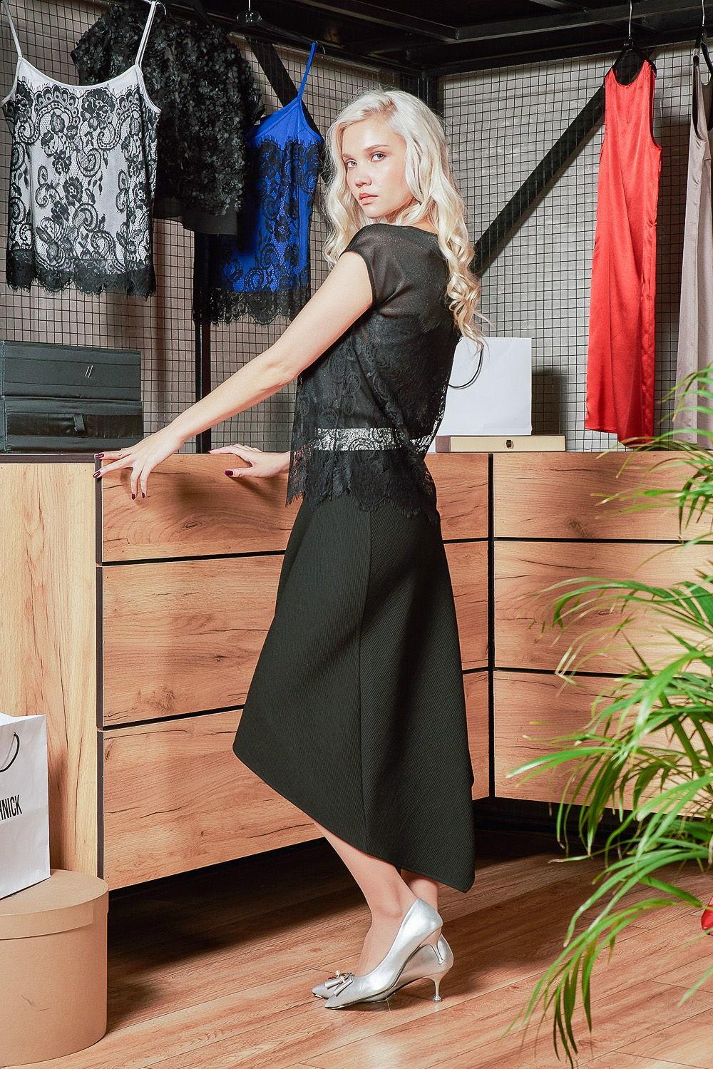 Блуза Г696-698 - Сказочно красивая легкая прозрачная блуза без рукавов. Шикарный кружевной гипюр комбинирует с тонкой сияющей тканью. Монохромный черный цвет придает загадочность образу и некую эфемерность.Ткань поливискоза (80% ПЭ и 20% вискоза) дарит тактильную мягкость блузе, которая со временем не теряет внешний привлекательный вид, а главное — не электризуется.Надев эту блузу из тонкого кружева, вы окунетесь в соблазнительный и желанный образ не только в новогоднюю ночь.
