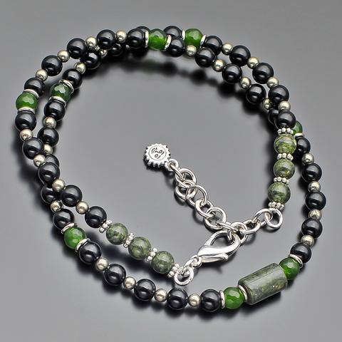 Дизайнерский чокер из полудрагоценных камней змеевика, пирита и зелёного агата на ювелирном тросе Rico La Cara AMX007151