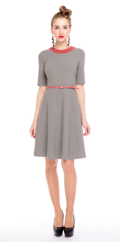 Платье З131-520 - Элегантное приталенное платье спокойного серого оттенка с расклешенной юбкой и рукавом до локтя. Выделяет талию и создает Х-образный силуэт. Выигрышно скорректирует фигуру обладательниц узких бедер, прибавит немного объема в нужных местах.Эффектная контрастная окантовка горловины придает шарм.Плотная, пластичная ткань безупречно садится на фигуру и дарит легкость движениям. Благодаря классическому стилю вы можете смело использовать это платье для офиса и для любых повседневных событий. Если вы желаете дополнить образ поясом, нужно приобрести его отдельно, так как представленный на модели пояс в комплект не входит.Простые линии, натуральные оттенки, отсутствие лишних деталей, стиль минимализма – особенность этого платья.