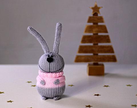 Зайчик вязаный серый в розовом свитере