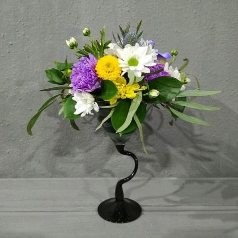 Изящный бокал с ярким цветочным коктейлем
