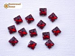 Камень квадрат в цапах 8 мм красный